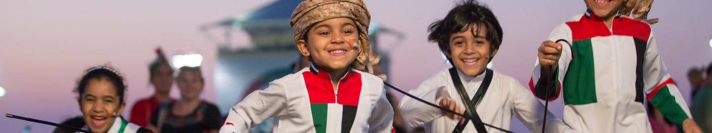 أطفال يستمتعون بالعيد الوطني لدولة الإمارات العربية المتحدة في حلبة مرسى ياس