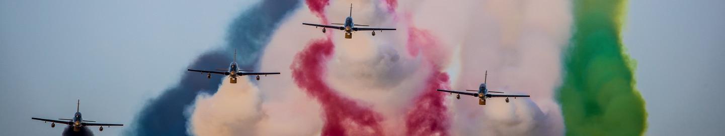 طائرات تحلق في سماء في اليوم الوطني دولة الإمارات العربية المتحدة