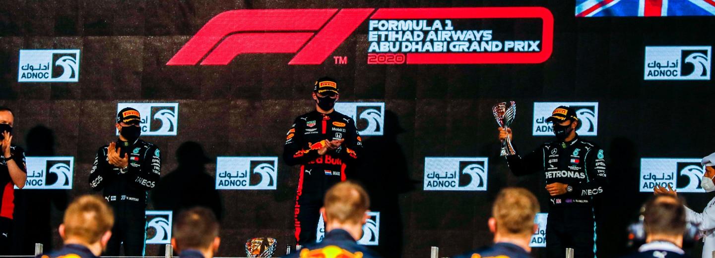 السائقون على منصة التتويج مع جوائزهم خلال سباق الجائزة الكبرى للفورمولا 1 أبوظبي على حلبة مرسى ياس.