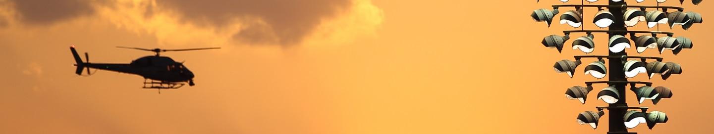 طائرة هليكوبتر تحلق فوق حلبة مرسى ياس
